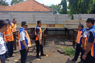 Petugas KAI Daop Jember Siapkan Peralatan di Jalur Rawan Bencana