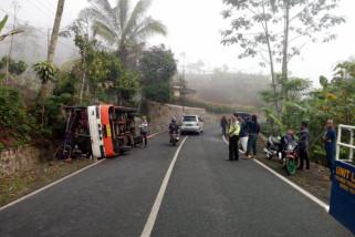 Rem Blong, Bus Penumpang Umum Terguling di Trenggalek