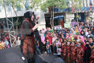 Risma Ajak Orang Tua di Surabaya Nomersatukan Anak-Anaknya