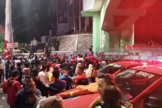 Saksikan Surabaya Membara, Sejumlah Penonton Terjatuh dari Viaduk (Video)