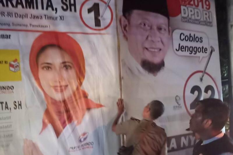 Bawaslu Bamekasan Tertibkan Alat Peraga Kampanye
