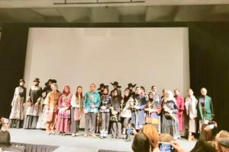 Perancang Busana Promosi Budaya Indonesia di Den Haag