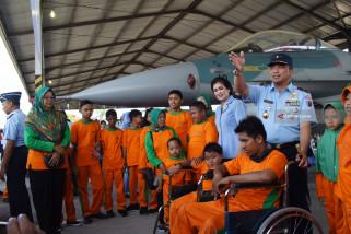 Penyandang Disabilitas Lihat Pesawat Tempur