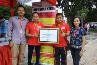 Pekerjakan Penyandang Disabilitas, Bupati Jember Beri Penghargaan Alfamart