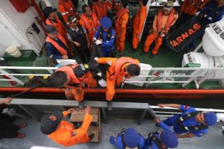 Basarnas Evakuasi Belulang dari Bangkai Kapal Terbakar (Video)