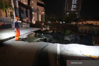 Petugas Lakukan Pencarian Kemungkinan Ada Korban Jalan Ambles (Video)