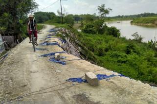 Tanggul Kritis di Kanor Bojonegoro Diperbaiki