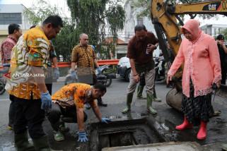 Risma Pimpin Pengerukan Saluran Air di Banyu Urip Surabaya