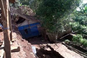 Belasan Bangunan di Cianjur Rusak Berat Akibat Puting Beliung