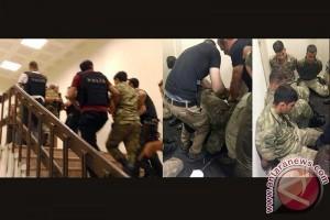Foto Penangkapan Pengkudeta di Turki Disiarkan via Twitter