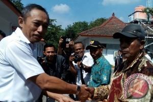 KAI Cirebon Berikan Penghargaan Pada Warga