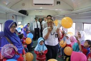Ratusan Siswa Dengarkan Cerita Sambil Naik Kereta