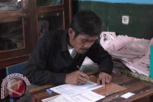Seorang Kakek di Garut Ikut Ujian SD