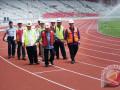 Wakil Presiden Jusuf Kalla (tengah) didampingi Ketua INASGOC Erick Thohir (kanan), Menteri PUPR Basuki Hadimuljono (ketiga kiri) dan Sesmenpora Gatot S Dewa Broto (kedua kanan) serta sejumlah jajaran meninjau proyek renovasi Stadion Utama Gelora Bung Karno, Senayan, Jakarta, Selasa (3/10/2017). Wapres Jusuf Kalla mengunjungi sejumlah venue Asian Games 2018 untuk memastikan proyek tersebut selesai sesuai target. (ANTARA/Sigid Kurniawan)