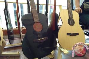 Seorang Warga Bandung Ciptakan Gitar Tertipis