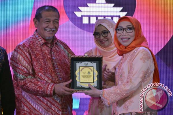 KPID Jabar Berikan Penghargaan Untuk Gubernur Aher