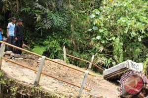 Warga Harapkan Pemkab Garut Perbaiki Jembatan Citamiang