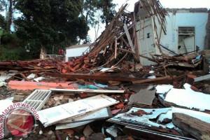 Bangunan SMP di Cianjur Ambruk Akibat Pergerakan Tanah