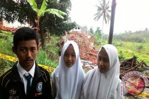 Siswa SMP di Cianjur Numpang Belajar Karena Pergerakan Tanah