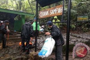 Sukarelawan Turunkan Ratusan Kilogram Sampah Dari Gunung Gede Pangrango