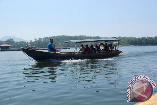 Pendapatan Pemilik Perahu Waduk Jangari Cianjur Turun