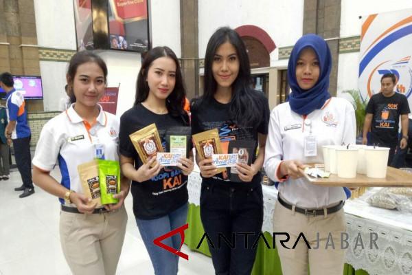 KAI Cirebon bagikan 2.800 cup kopi gratis