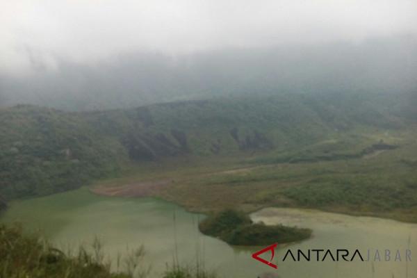 ribuan wisatawan kunjungi gunung galunggung