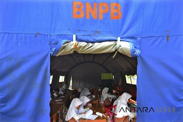 Belajar Mengajar di Tenda Darurat