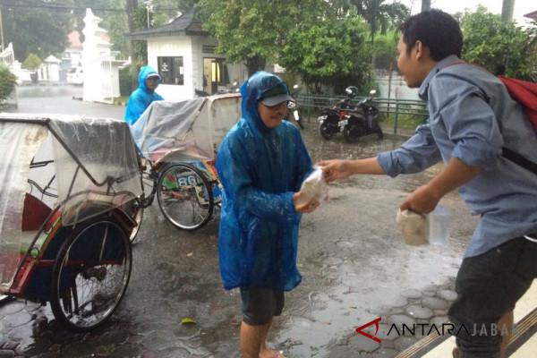 Jurnalis Cirebon peringati HPN dengan bagi-bagi nasi bungkus