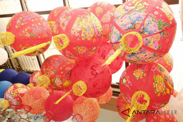 Penjualan pernak-pernik imlek di Bandung meningkat