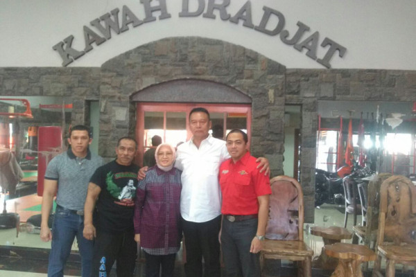 Kang Hasan meminta restu Aa Boxer