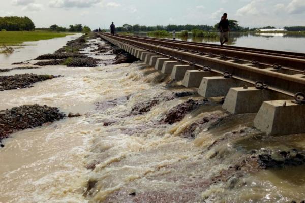 Tergerus banjir, rel kereta Cirebon-Purwokerto menggantung