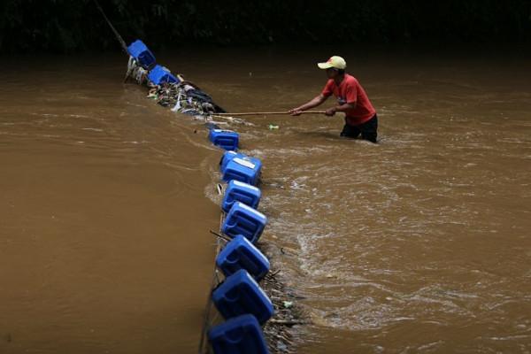 Pemkot Bandung pasang jaring sampah di sungai