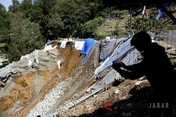 Jalur Cianjur selatan-Bandung putus akibat longsor