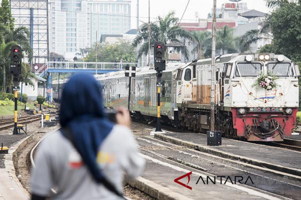 Kereta api Bandung-Jakarta aman lintasi jembatan Cikadongdong