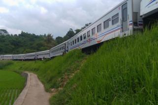 Dua perjalanan kereta tertahan di Garut