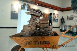 Seniman Bandung kritisi kebijakan melalui seni