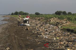 Sampah Menumpuk di Pantai
