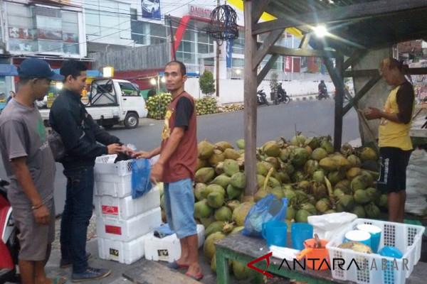 Kelapa muda bertebaran di Tarogong Garut