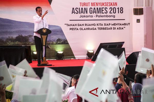 Presiden Joko Widodo bagikan sertifikat tanah