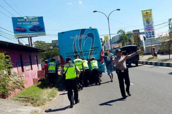 Polisi  dorong bus mogok untuk urai kemacetan