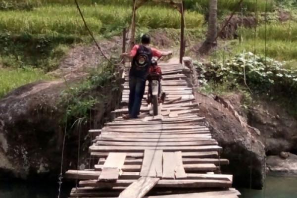 Aktivitas ratusan KK terganggu akibat jembatan rusak