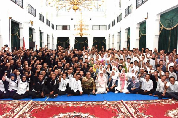 Gubernur Aher apresiasi petugas kamdal dan petugas kebersihan Gedung Sate