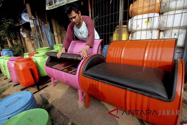 """Warga Cirebon """"sulap"""" drum bekas jadi kerajinan"""
