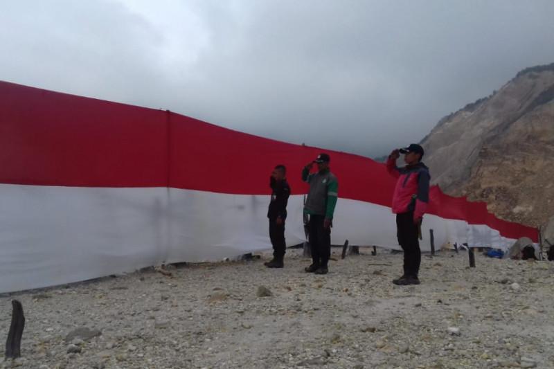 Bendera merah putih membentang di Hutan Mati