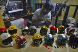 Ekspor miniatur helm