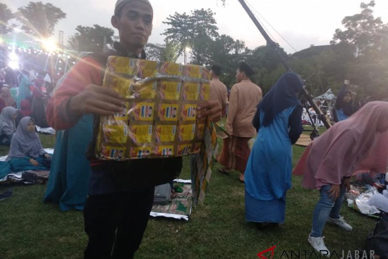 Penjual sajadah plastik diburu santri di HSN 2018