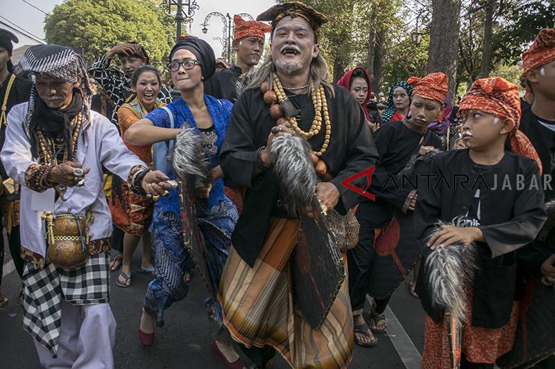 Parade kesenian Lengser Ambu