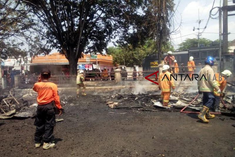 Sepuluhan lapak kaki lima di Cirebon terbakar
