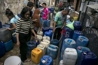 Antrean air bersih warga Bandung